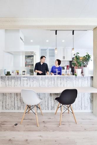 夫婦仲良くキッチンに立つ。旭川石山工務店のリフォーム・リノベーション事例。ショールームドア。すきま風の寒さを解消や高断熱・高気密の基準を満たした認定長期優良住宅 優遇税制度を受けた家。都市ガスの家。エコジョーズで真冬も暖かい家。建材の天井