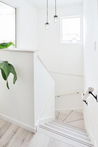 ペンダントライトを設置した階段。旭川石山工務店のリフォーム・リノベーション事例。ショールームドア。すきま風の寒さを解消や高断熱・高気密の基準を満たした認定長期優良住宅 優遇税制度を受けた家。都市ガスの家。エコジョーズで真冬も暖かい家。建材の天井