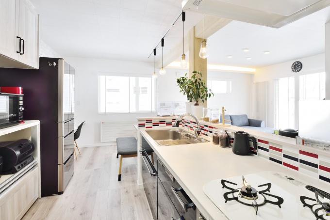 タイルの張り分けがお洒落なキッチン。旭川石山工務店のリフォーム・リノベーション事例。ショールームドア。すきま風の寒さを解消や高断熱・高気密の基準を満たした認定長期優良住宅 優遇税制度を受けた家。都市ガスの家。エコジョーズで真冬も暖かい家。建材の天井