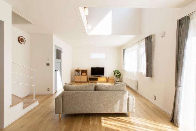 【札幌 中古住宅 リノベーション 竹内建設リノベーション】札幌の中古住宅を買ってリノベーション実例。子供の学区内で中古物件を探した。日当たりのいいLDK。吹き抜けのある家。<札幌・リノベーション> 戸建てリノベーションの実例をご紹介します。「吹き抜け、手すり、曲がる階段」リノベーション事例です。