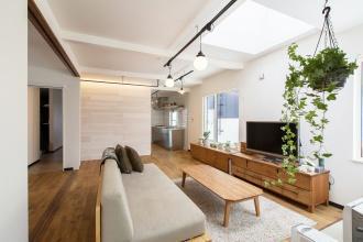札幌市東区の中古住宅を買ってリノベーション実例。新婚旅行で行ったNYのデザインホテル風。施工に参加。こだわりの内装スケジュールや予算を調整。ヴィンテージデザイン、クールデザイン。<札幌・リノベーション> 戸建てリノベーションの実例をご紹介します。「デザイン、機能を兼ね備えた 開放感 光あふれる」リノベーションリノベーション事例です。