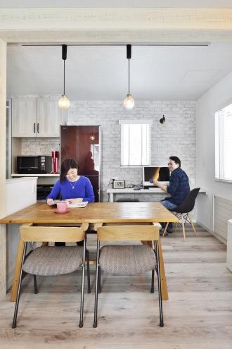 カフェのようなダイニング。旭川石山工務店のリフォーム・リノベーション事例。ショールームドア。すきま風の寒さを解消や高断熱・高気密の基準を満たした認定長期優良住宅 優遇税制度を受けた家。都市ガスの家。エコジョーズで真冬も暖かい家。建材の天井