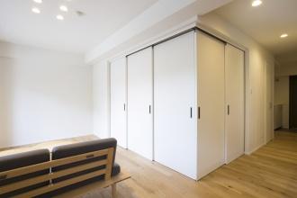 築28年のマンションをリノベーション。ナラ無垢材のマンション用遮音フローリング。オリジナルの家具は優しいフォルムと木の素材感が魅力的。住み手のセンスやスタイルに合わせてアレンジしやすい空間。施工は三五工務店