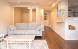将来のことを考えて、既存の間取りを活かし、暮らしやすさを追求したリフォーム。建具やタイル、クロス、家具の取っ手、カラーリングにこだわる。食器棚や飾り棚を造作して。家具は輸入家具。ナチュラルで女性らしい住まい。札幌市中央区のSAWAI建築工房のリフォーム事例。サワイのリフォーム。