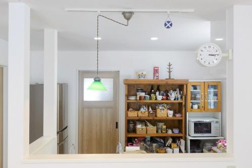 築14年の家を購入後、玄関やトイレの寒さは我慢の限界でリフォームを決意。プランドゥリフォームを見て、会社を決定。ステンドグラスをダイニングに。キッチンは壁を取り払って開放的に。 グリーンのペンダントライト。内部結露が起こらない仕組み。施工はアシスト企画KURARA