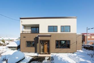 札幌市厚別区のリフォーム実例。リビングワークの施工例。リフォーム施工のポイントは構造見学会に参加し、断熱・気密の施工状態を確認。性能重視。補助金を活用。寒い家を暖かく。二世帯の減築リフォーム。1階で生活が完結。柱の入れ替えで耐震・耐久性が向上。越冬野菜が保存できる納戸。雪処理を軽減したリフォーム事例。