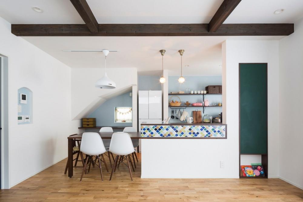 札幌市東区の中古住宅を購入してリノベーション。アルティザン建築工房の施工事例。戸建てリノベーション。凹凸のある既存を活かして2階は増築。3部屋を確保。床面積に制限がある。断熱材の全面入れ替え。無垢床のダイニングにテラコッタタイル。キッチン収納を造作。壁一面のクローゼットがあある寝室。子供たちの学区内や地下鉄の徒歩圏内で中古住宅を購入。プランは畳コーナーのあるリビング、対面キッチン、2つの子供部屋に大容量の玄関収納など要望はすべて叶い、断熱性も抜群。家族みんなのびのびくらせます。