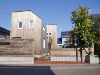 カラマツフェンス。エクステリア・外周り・お庭のリフォーム。札幌市北区でお庭周りのリフォームはログハウスや新築・リフォームも手掛ける森のガーデンへ。ガーデンリフォームで家の印象が変わります。
