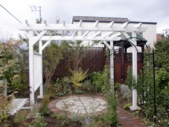 ウッドポーチ。エクステリア・外周り・お庭のリフォーム。札幌市北区でお庭周りのリフォームはログハウスや新築・リフォームも手掛ける森のガーデンへ。ガーデンリフォームで家の印象が変わります。