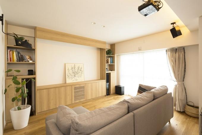 札幌・中古リノベーション・マンション。大空間のLDKにホームシアター機能を導入。配線は天井裏に。収納家具はすべて造作。キッチン腰壁は目隠しを兼ねたバル風のカウンター。広い浴室は戸建て用をカスタマイズして追い炊き機能も追加。扉の木目が美しいシステムキッチンは、ガスオーブンをビルトインしたタイプ。床と壁にヘキサゴン柄を採用した水回り。玄関には土間収納。大容量のウォークインクローゼット。RELIFE*[リライフ]株式会社北王 リフォーム事業部のマンションリフォーム・リノベーション事例。