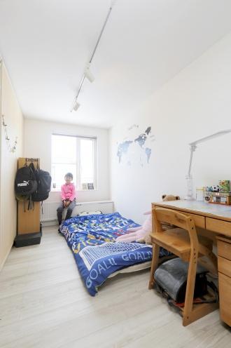 女性目線のプラン、オール女性スタッフの安心感で広く暮らせる空間設計。限られた空間で4人家族が快適に暮らせる間取り、生活のしやすさを考えられたプラン。2ウェイのトイレやコンパクトなユーティリティで暖かさも使いやすさも手に入れて。対面キッチンや可動式の間仕切り家具などの工夫も。工事規模を抑えてリフォーム費用のコストダウン。