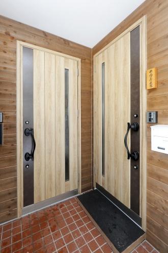 完全分離の2ウェイ玄関。女性目線のプラン、オール女性スタッフの安心感で広く暮らせる空間設計。限られた空間で4人家族が快適に暮らせる間取り、生活のしやすさを考えられたプラン。2ウェイのトイレやコンパクトなユーティリティで暖かさも使いやすさも手に入れて。対面キッチンや可動式の間仕切り家具などの工夫も。工事規模を抑えてリフォーム費用のコストダウン。