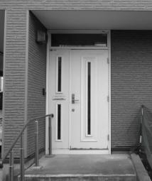 玄関ビフォー。1人暮らしの母が引っ越してこれるよう自宅の事務所スペースをリフォーム。コンクリートの冷えが体に伝わってくる状態から床を水平にし、段差の解消と断熱工事を徹底的に行う。格式高い