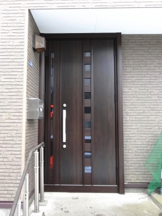1人暮らしの母が引っ越してこれるよう自宅の事務所スペースをリフォーム。コンクリートの冷えが体に伝わってくる状態から床を水平にし、段差の解消と断熱工事を徹底的に行う。格式高い