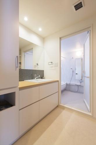 アパートから一軒家をもつために中古リノベを選びました。解放感を出すためにあえて段差のあるキッチンへ。部屋の隅々まで光が届くLDK、愛着の家具が引き立つ内装デザイン、ゆったりサイズの浴室など、ほぼすべての希望が叶ったリフォーム。施工はSAWAI建築工房。