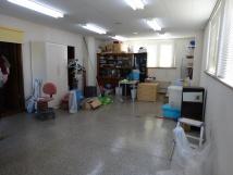 事務所ビフォー。1人暮らしの母が引っ越してこれるよう自宅の事務所スペースをリフォーム。コンクリートの冷えが体に伝わってくる状態から床を水平にし、段差の解消と断熱工事を徹底的に行う。格式高い