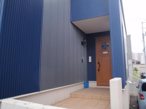 手稲区で冬場の雪が階段にたまる悩みを解決するためリフォーム。元々素敵な玄関前の階段を活かすよう、すべて囲う風除室を新設。断熱改修や玄関窓の工事も。工事期間は約2日で完成し、スピード工事。冬季前に間に合い快適な冬。