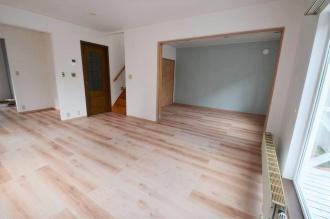 江別で新築で購入後、珪藻土を塗ったり、わざと床に傷をつけたアンティーク調の住宅。子供がまだ小さいため安全でゆったり過ごすためにリフォームしました。施工は江別の外山ホーム。リクシルリフォームショップ。