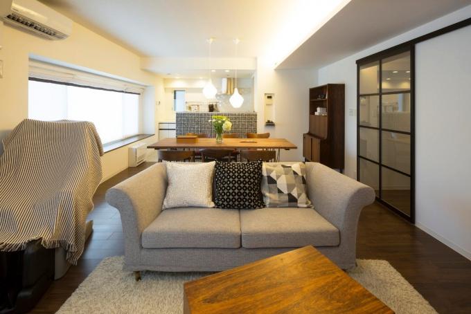 夢だった大きなダイニングテーブル。好きなスタイルをきっちりイメージし、思い描いていた空間を実現するために選択したのは、家具工房とのコラボ。オーダー家具と既製品のメリハリをつけ、好きなインテリアと暮らしやすさを両立させた納得の住まい。