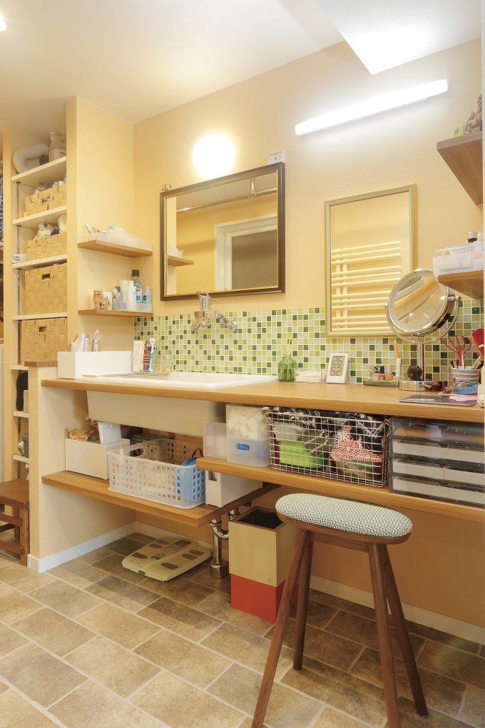 これからの夫婦の暮らしを考えた開放的で快適な住まい。プロの目でアドバイスしてほしいという依頼に真っ先に応えたのが住友不動産の新築そっくりさんでした。丁寧にプランを固め、プロのアイディアで納得の形にクリアしてくれました。対面式キッチンに変更し、書斎スペースを設けたくさんモノを収納できる納戸もつくりました。施工は住友不動産新築そっくりさんマンションリフォーム北海道