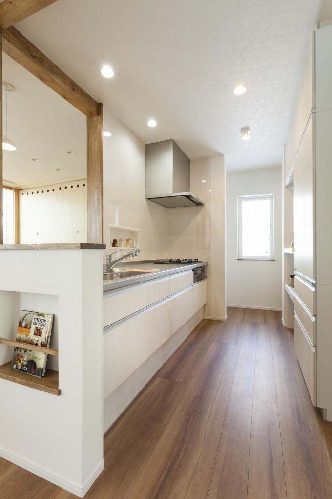 すっきり白いキッチン。正面の壁にニッチを付けて、スパイスなどはここに収納。キッチンの上は常にスッキリ!フルリフォーム。株式会社リビングワーク