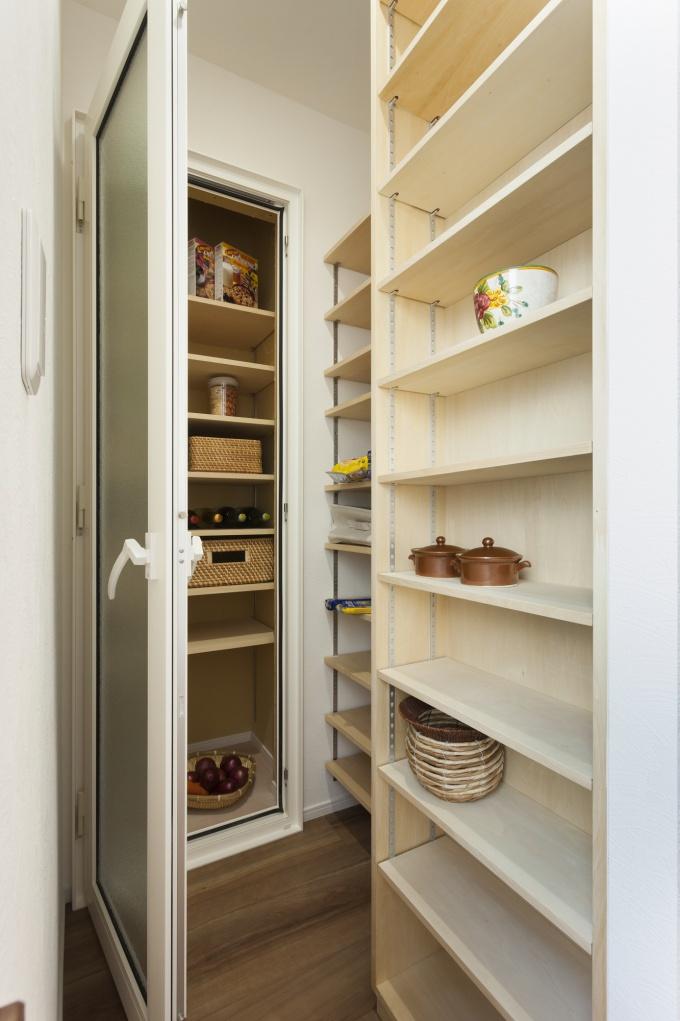 大容量のキッチン収納パントリー。ドアの向こうは室温を逃がして冷所にした食品庫。フルリフォーム。株式会社リビングワーク