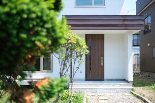 軽量鉄骨造の耐久性に優れた構造の家に塗装したスチールでシンプルな空間に。