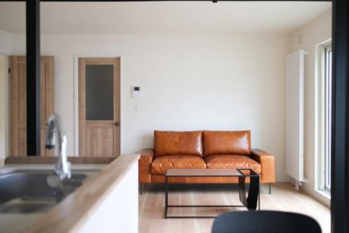 ソファの位置を変更した一枚。余裕のあるリビングスペースなので、家具ひとつとっても、いくつかの設置パターンがあると思います。ちなみに家具は、すべてリライフSHOPで揃えたものです。