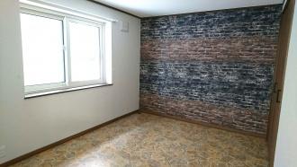 築46年になるブロック住宅をリフォーム。オレンジのキッチンにビビットでカラフルなクロスや床。古い畳敷きの和室はクッションフロアーが個性的な洋室へ大変身。寒かった家も断熱施工で暖かく。北海道江別市外山ホームの戸建てリフォーム事例です。