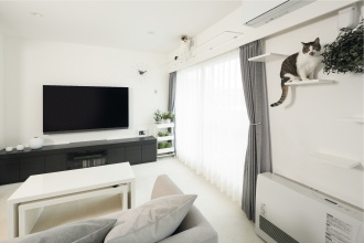 白を基調としたお部屋にマンションリフォーム。天気が悪い日でもすっきりと目覚められるような明るい家です。カーテンレール上のキャットウォークやキッチン横にカフェのようなコーナー、機器類は組み立て式家具に収納、奥行きを感じるよう壁に横長の鏡など空間を広く見せる工夫と愛猫のための心地よく暮らすリフォームを実現。施工はエミヤ。