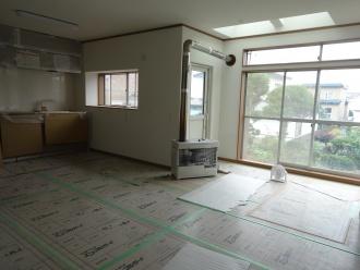 キッチンとリビングを繋げて広い空間に。 お気に入りの天窓はそのまま活かし広々とした明るい空間です。たっぷり入る収納、広々ワークスペースで料理が楽しくなる。北海道室蘭市のリフォーム会社。神尾建設の施工事例です。