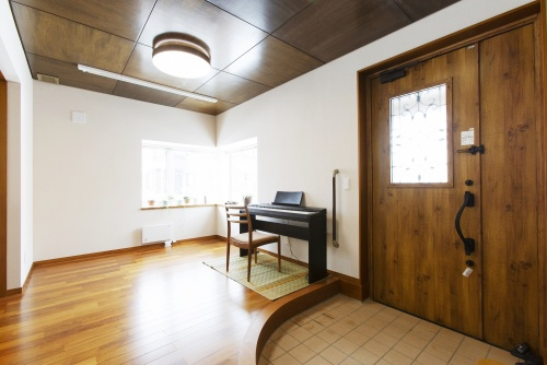 築30年の家をフルリフォーム。滝のような雨漏りが発生し、リフォームして二世帯暮らしの事例です。車庫は小さくして食品庫兼物置に。浴室を広げ、狭くなったユーティリティは、洗面台や洗濯機の位置を変えて前より使いやすく。玄関に直結した多目的なホールは日本家屋の縁側のような自由スペース。住空間に明るさと開放感が生まれました。観音開きの扉2つは、ダイニングに新たな収納を設けるアイデア。ユーティリティに造作収納など、参考にした工夫が多い事例。施工は札幌東急リフォーム。札幌市厚別区のリフォーム。