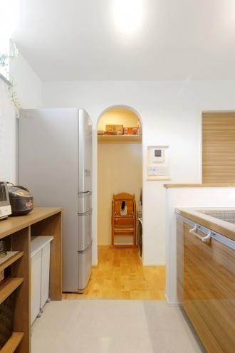 コストを抑えて自由度の高い設計ができる中古リノベーションを選択した札幌のリノベ経験談。長期優良住宅の認定を受けイニシャルコストもランニングコストも抑えるだけでなく、効率的な家事動線の間取り、各ゾーンごとに確保する収納スペース、オープンな塗り壁和室、子供が第一の住まいに希望を叶えました。無垢の床材で2匹の犬と子どもが素足で走り回れる家。施工は札幌のアルティザン建築工房。