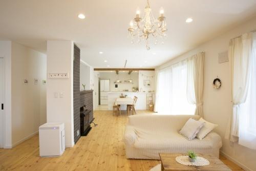 クラフトやインテリアが似合うナチュラルカントリーテイストに実家をリノベーションした北海道の施工事例。キッチンの化粧梁。オフホワイトの色調で優しい雰囲気の家に。アンティ―う調の家具も自分好みにエイジング塗装。木工作品が映える家です。