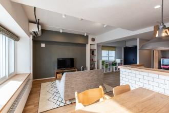 住み慣れた西区で駅チカ、さらに住宅ローン減税の要件を満たすため予算を抑えて中古マンションをリノベーション。個室をなくして間仕切り壁のないオープンな寝室に。和室は子供たちの遊び場に。キッチンはオープンに立ち上がりを高めに設定。木とステンレス天板を組み合わせたキャビネット造作。暖房はファンコンベクターとエアコン併用。札幌の中古リノベーション事例。施工はPanasonicリフォームClub三王建設興産