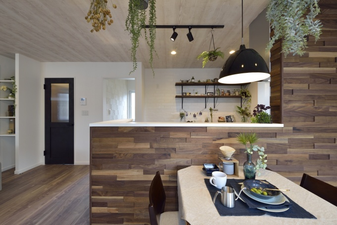 無垢フローリングを扱うシーゲルのショールームで目に留まった壁の仕上げを、キッチンに再現。凹凸を付けながらランダムに貼られた木の質感に「満足してます」とOさん