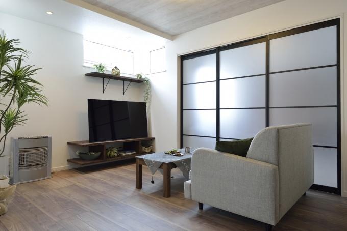 リビングと洋室の間は光が透ける半透明の建具でほどよく仕切って。コーナーの高窓は光の差し込み方を熟知しているOさんの要望で配置しました