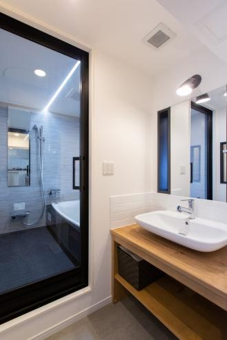 洗面は水回り移動に必要な配管スペース周辺を収納に活用。デッドスペースをつくらない工夫です。