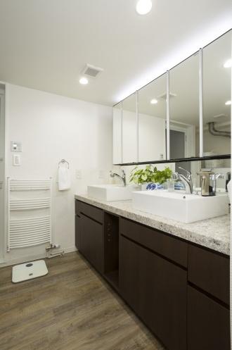洗面ボウルが2つ並んだユーティリティ。脱衣も兼ねているので、お風呂同様に床暖房を敷設しました