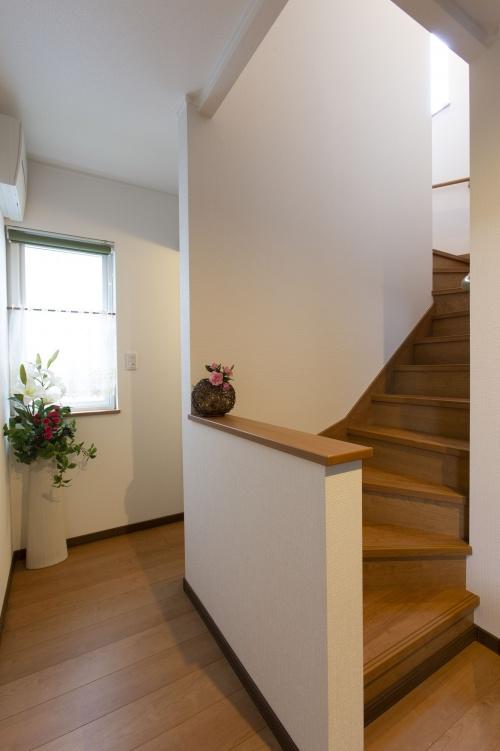 真っすぐに降りていた階段の上がり口を90度屈曲させて、腰壁に。開放感に配慮したプランです