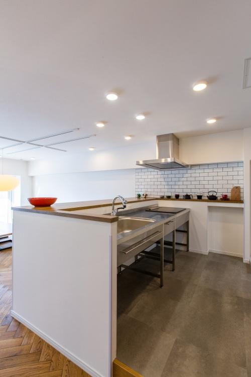 キッチンは床を1段上げて配管スペースを造ることでキッチンの移動を実現。視点の高い対面式なので、窓の眺めが最もよく見えます。