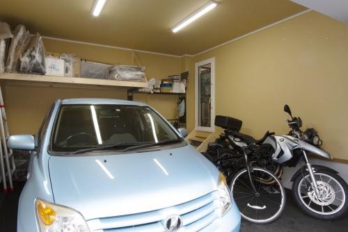 息子さんの愛車(バイク)が収まるインナーガレージ。雪かき解消もできて一石二鳥です