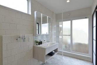 明るく光が回るユーティリティ。フロートタイプの洗面台と鏡の間に貼った名古屋モザイクタイル以外、壁は全面エコカラットに