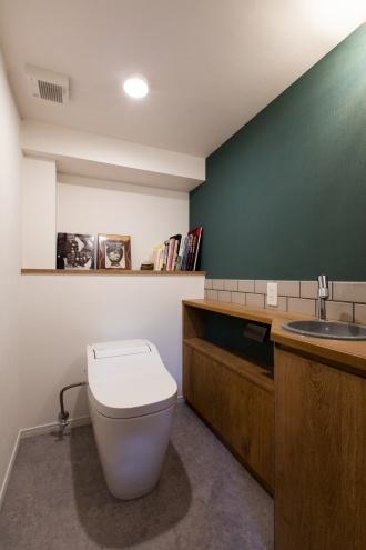 トイレは造作洗面台のミラー両端に、光を取り込む採光窓を設置。