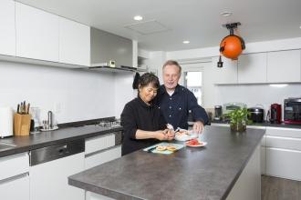 ドイツMiele(ミーレ)社の食洗機。強靭なセラミックトップ。広くて使い勝手のいいアイランドには、オレンジ色のボール型をしたアメリカ製の延長コードを備え、家電品が自由に使えるようにしました。