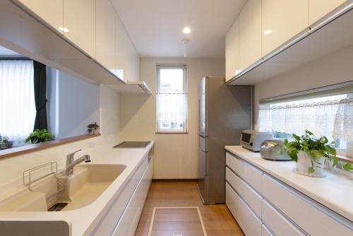 以前は東側の窓側に面していたキッチンは西側に移して対面式に。両サイドに吊り戸棚を設けるなど、収納力は圧倒的です