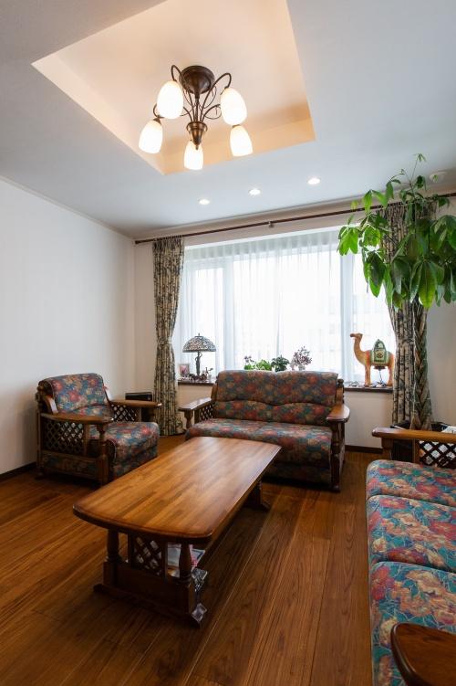 車椅子を利用しても暮らしやすい家にしたい。札幌で介護のためのバリアフリー住宅へのリフォーム事例。ドアを減らし、トイレや階段などを広く設計。出入りが不便な2階玄関を改善。外階段を廃し、1階部分に玄関を移設。車を2台置けるスペースを確保するため1階の間取りを変更し、車庫スペースを拡充。広幅デザインの床材を採用し、視覚的にもゆとりを感じさせるリビング。リビングとダイニング・キッチンを仕切るテラスルーム。施工は廣野組札幌支店。