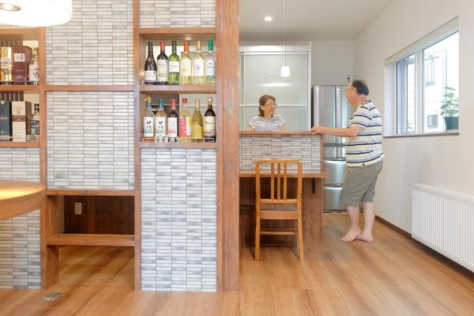2階から1階に住み替え。明るく暖かい終の棲家へ <札幌・フルリフォーム・戸建て>2世帯住宅から夫婦二人暮らしへ。ワンフロアのバリアフリー住宅。1階はリノベーション。2階は内装リフォーム。開放感があり、明るいリビング・ダイニング。床は断熱改修。セントラル暖房。造作のテレビボード。特等席のデスクコーナー。ボトルラックを備えたパーテーション。大容量収納。カウンター立ち上がりタイル。和室には円窓。水回りは白を基調に明るく。重鎮+付加断熱で暖かい家。R&R studio トーリツ株式会社のリフォーム事例。
