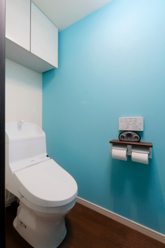 爽やかな青系統のクロスで清潔感と統一感のあるトイレ