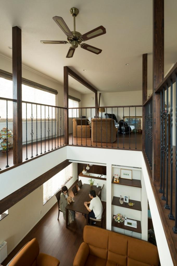 札幌・実家リノベ・戸建て。吹き抜けの周囲は回廊風にデザイン。手すりにはアイアン。減築して駐車スペースを確保。窓周りのアールデザイン。抜けない柱を活かした飾り棚。明るく開放的なキッチン。ファミリースペース。カルチャードストーンの壁と間接照明が美しい玄関。和室には日本の美が感じられる格天井と床の間。木のカウンターとタイルがマッチした造作の洗面台。ゴージャスなトイレ。ウォークインクローゼット。デスクコーナー。株式会社アルティザン建築工房の実家リノベーション・リフォーム事例。
